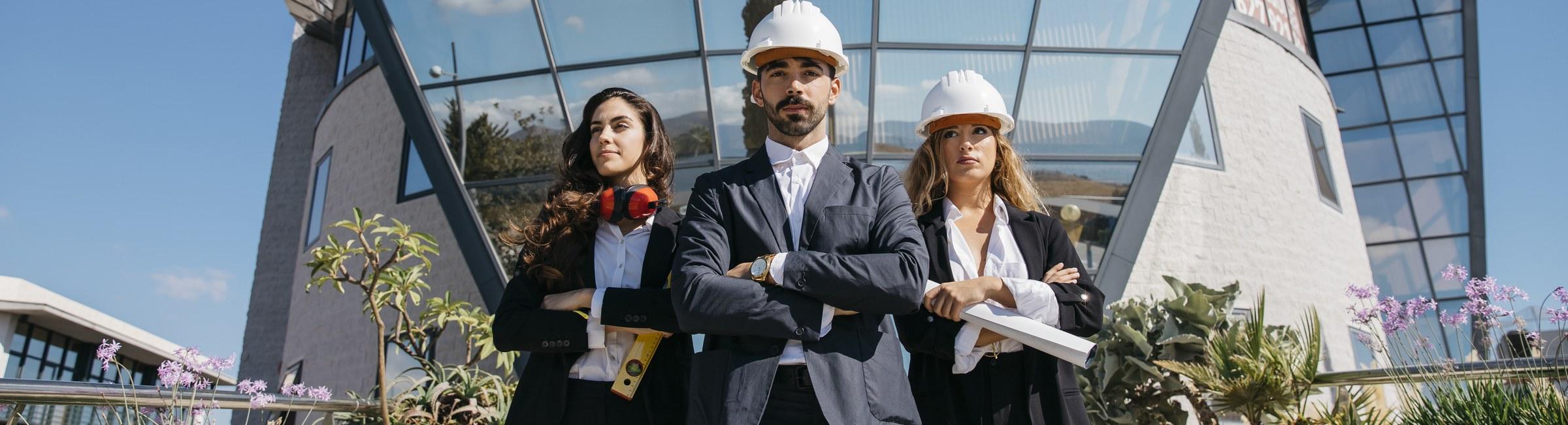 Des experts du recrutement devant une agence d'emploi